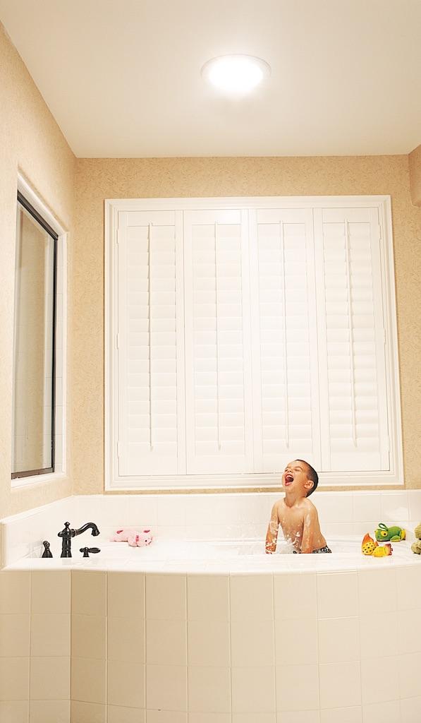 Clairage naturel dans la salle de bain toilettes for Eclairage dans salle de bain