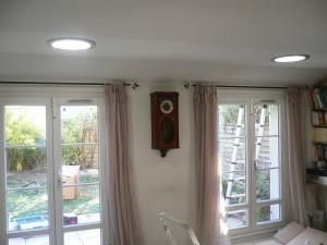 Un salon équipé de deux conduits de lumière