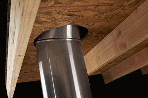 Comment installer un conduit de lumière sur un toit avec des tuiles ?